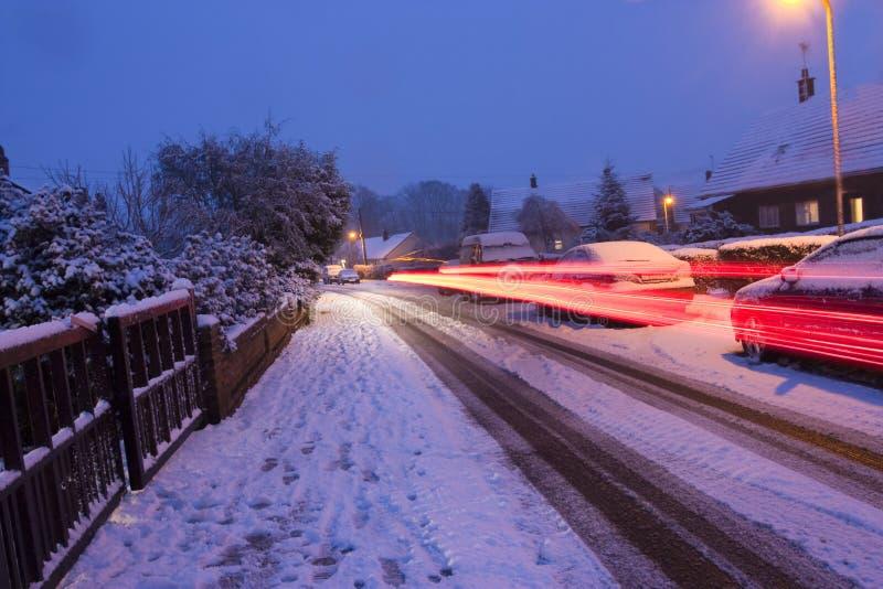 samochodowy wieczór zaświeca śnieżny target1099_0_ zdjęcie royalty free