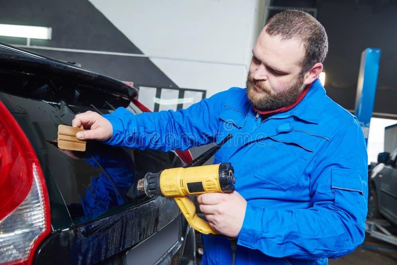Samochodowy zabarwiać Samochodu mechanika technik stosuje folię fotografia royalty free