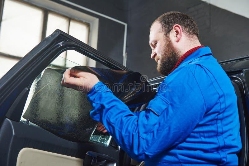Samochodowy zabarwiać Samochodu mechanika technik stosuje folię zdjęcia royalty free
