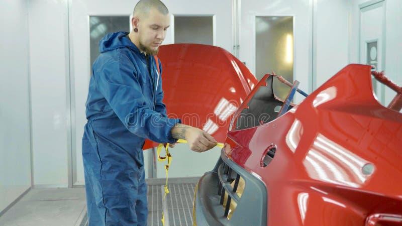 Samochodowy zderzak po malować w samochód kiści budka Auto pojazdu elementarza zderzak fotografia stock