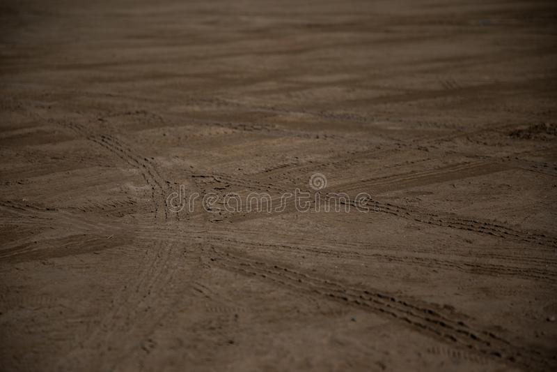 Samochodowych kół oceny na piasku zdjęcia stock