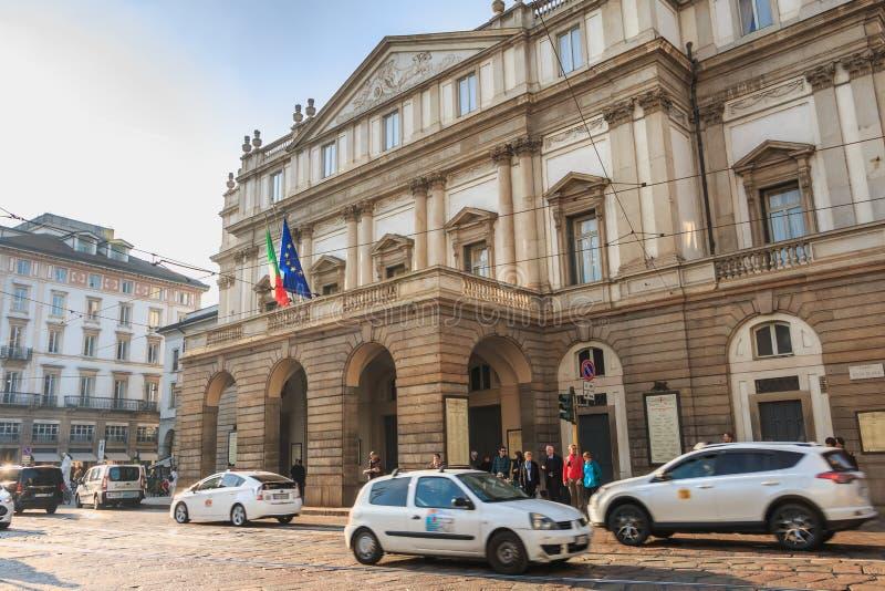 Samochodu jeżdżenie przed sławnym Scala teatrem w Mediolan obrazy royalty free