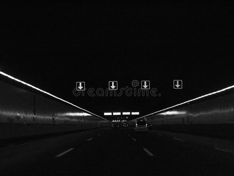Samochodu jeżdżenie przez tunelowego czarny i biały wizerunku zdjęcia stock