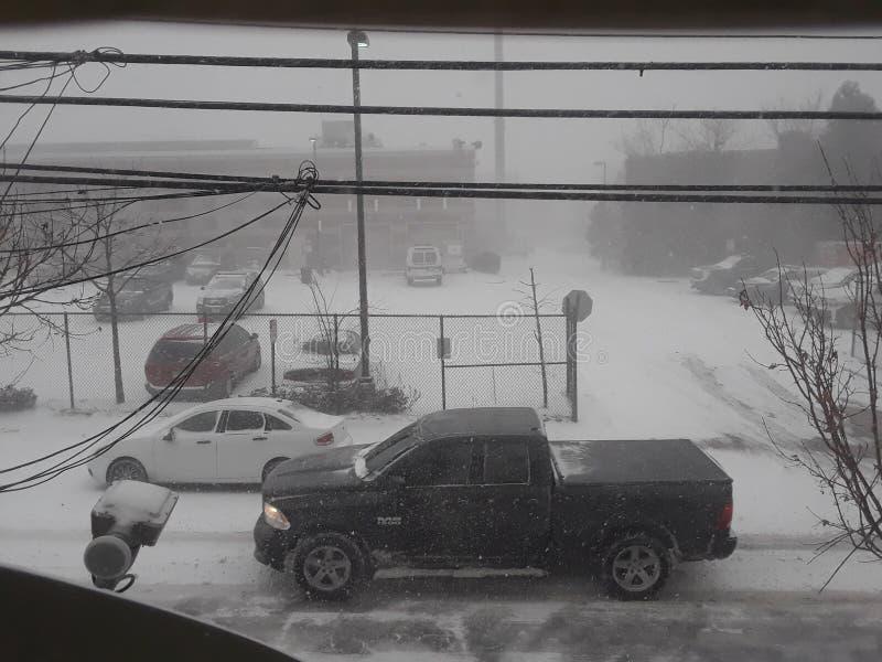 Samochodu jeżdżenie w śnieżnej burzy obrazy stock