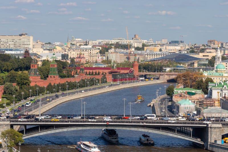 Samochodu most nad Moskwa rzeką kreml Moscow obrazy royalty free