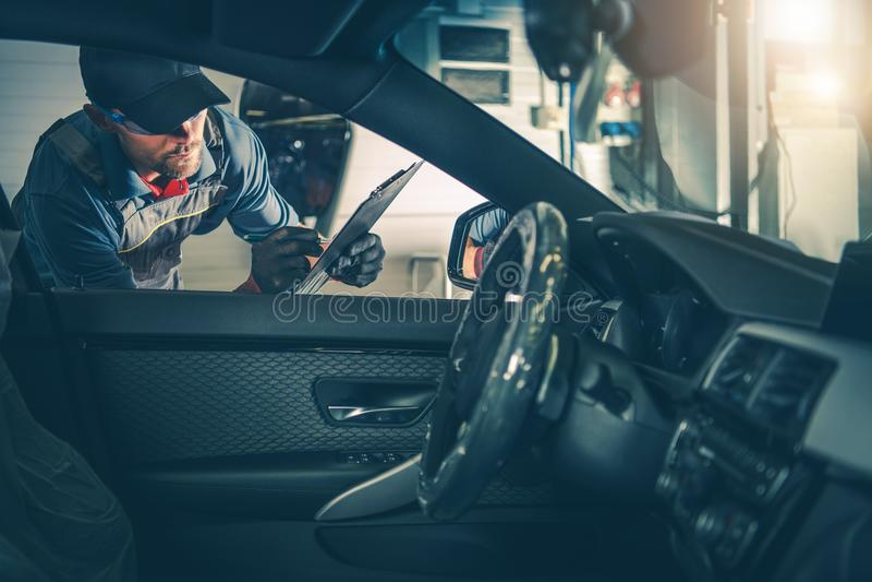 Samochodu pracownika Usługowa inspekcja obraz royalty free