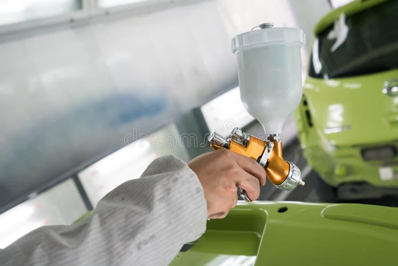 Samochodu repairman malarz z airbrush fotografia stock