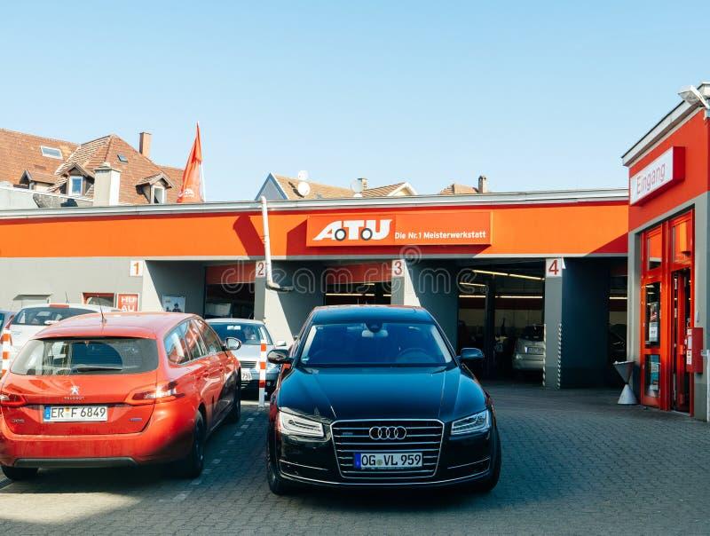 samochodu samochodu usługa czeka w que w Niemcy z samochodami obrazy stock