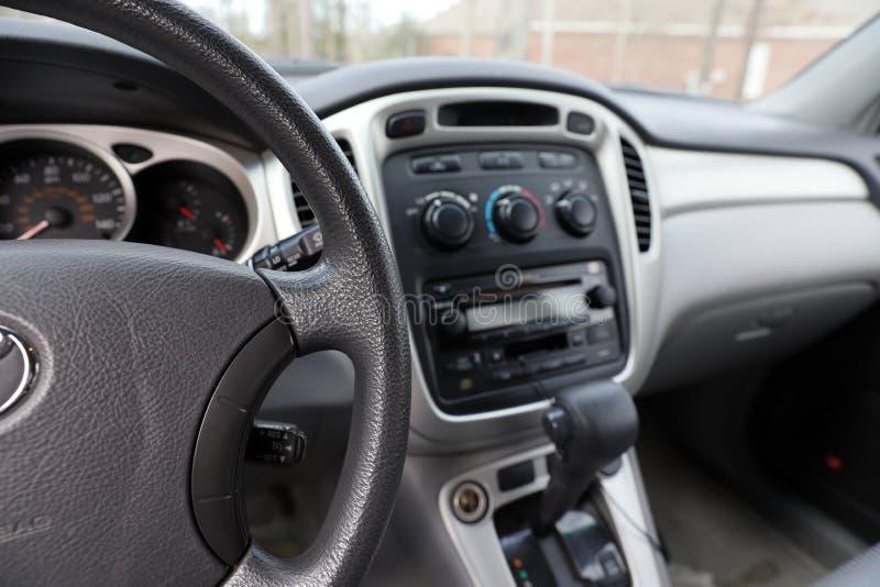 Samochodu wnętrze z kierownicą, przekładni przesunięciem i kontrolami, zdjęcia royalty free