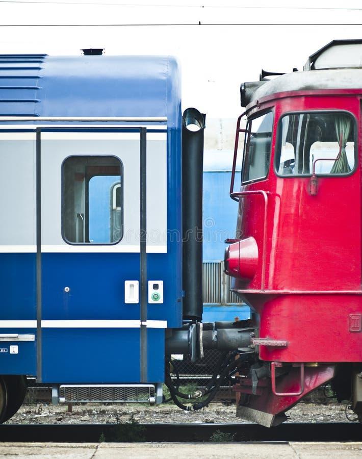 samochody dobierający się pociąg fotografia royalty free