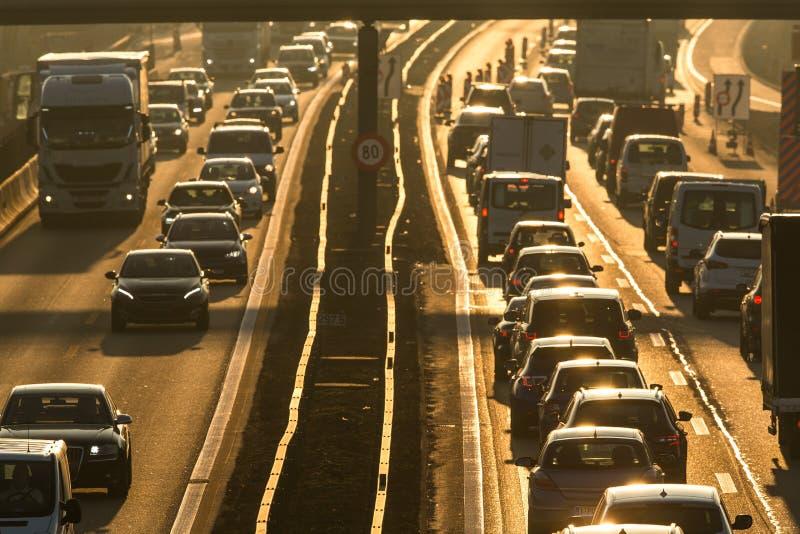 Samochody iść bardzo wolno w ruchu drogowego dżemu podczas ranku rushhour zdjęcia stock