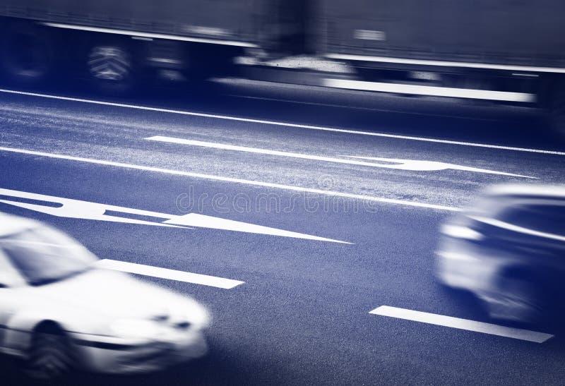 Samochody iść wzdłuż rozdroży obraz stock