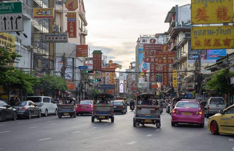 Samochody i sklepy na Yaowarat drodze z swój ruchliwie ruchem drogowym, Neonowy znak obrazy stock