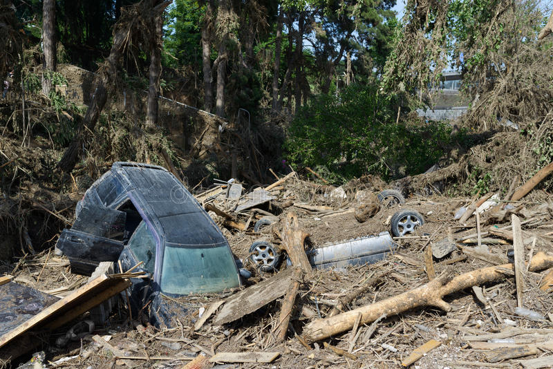 Samochody kłaść w gruzach po powodzi katastrofy obrazy stock