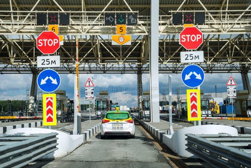 Samochody na autostradzie opłaty drogowa stacja obrazy stock