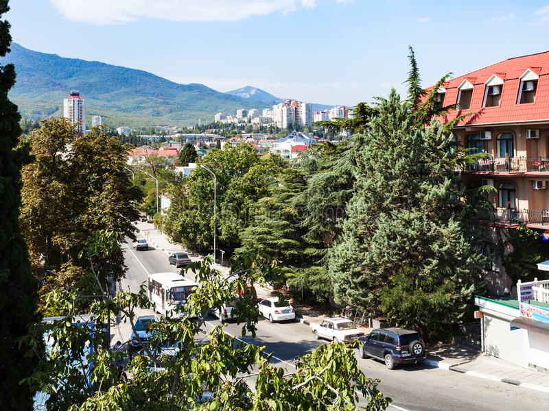 Samochody na Baglikov ulicie w Alushta mieście fotografia royalty free