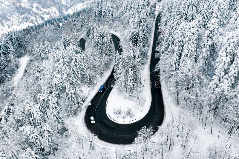 Samochody na drodze w zima warunków surowym opad śniegu wietrzeją fotografia stock