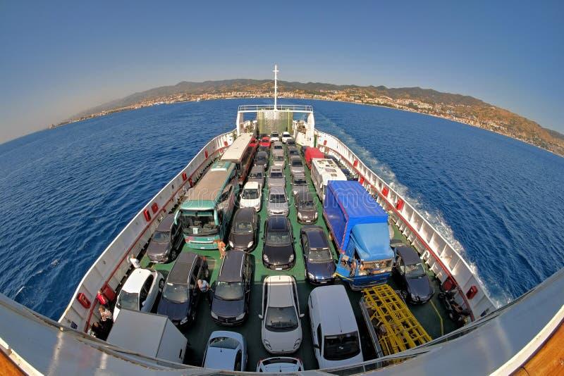 Samochody Na Ferryboat cieśninie Messina, Włochy zdjęcie royalty free