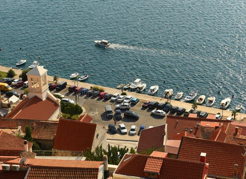 Samochody na parking na nabrzeżu w starym mieście Sibenik, Chorwacja obraz stock