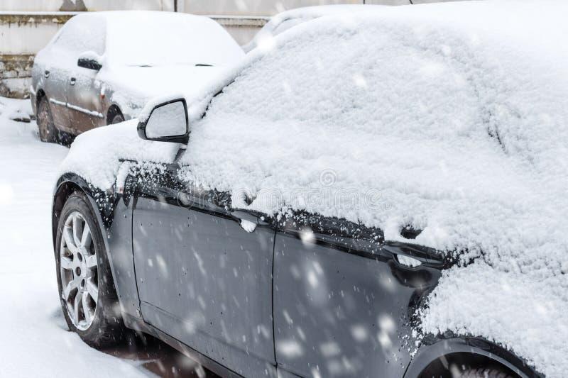 Samochody na parking przynoszącym śniegiem obrazy royalty free