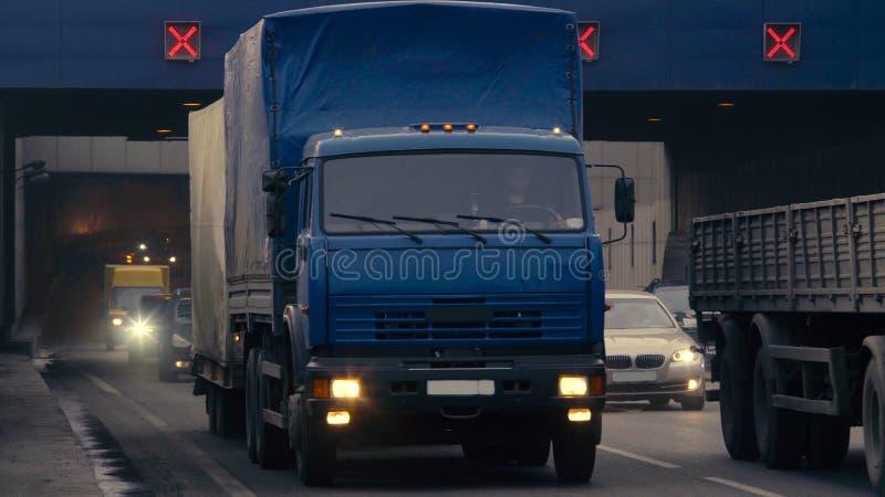 Samochody opuszcza tunel fotografia stock