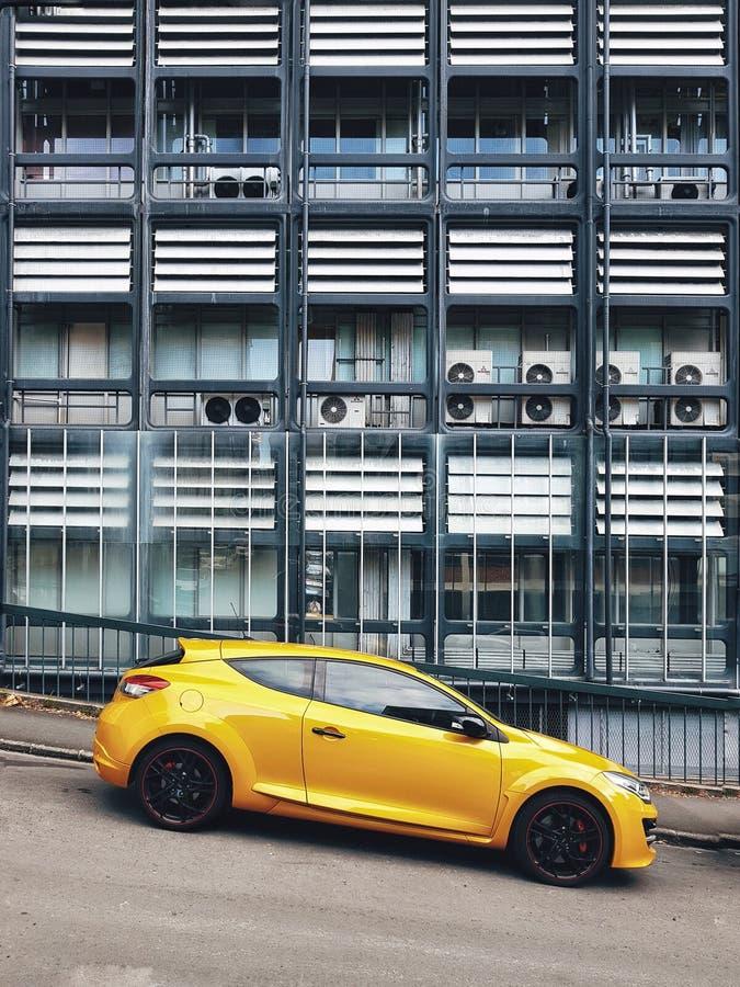 Samochody parkujący na drodze przeciw tłu nowożytny budynek zdjęcia royalty free