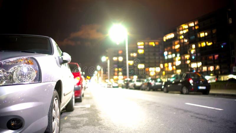 Samochody parkujący wzdłuż miasto drogi i pobliskiego chodniczka, dormitorium teren w wieczór czasie obrazy stock