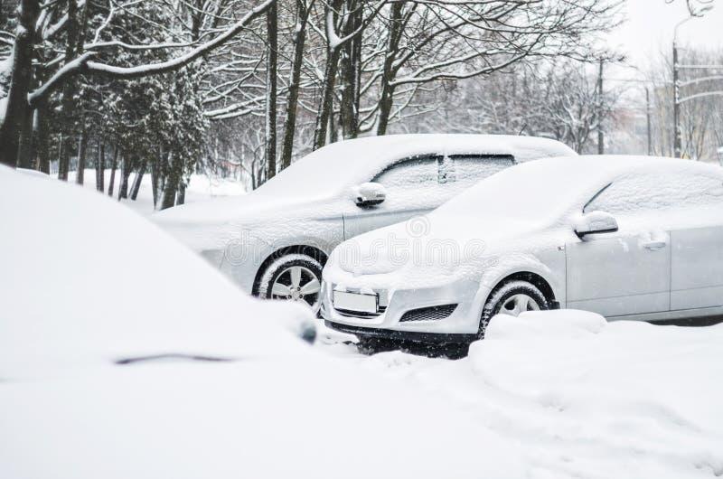 Samochody pod śniegiem w zimie zdjęcia royalty free