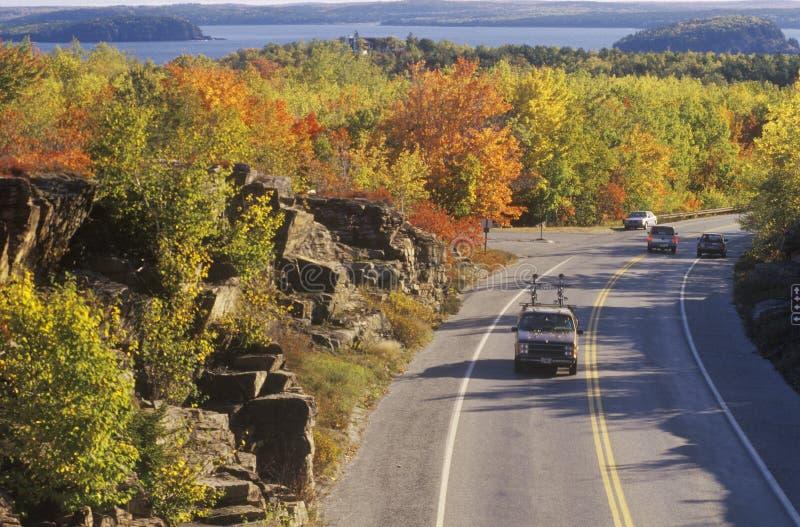 Samochody podróżuje przez Acadia parka narodowego, Maine obrazy stock