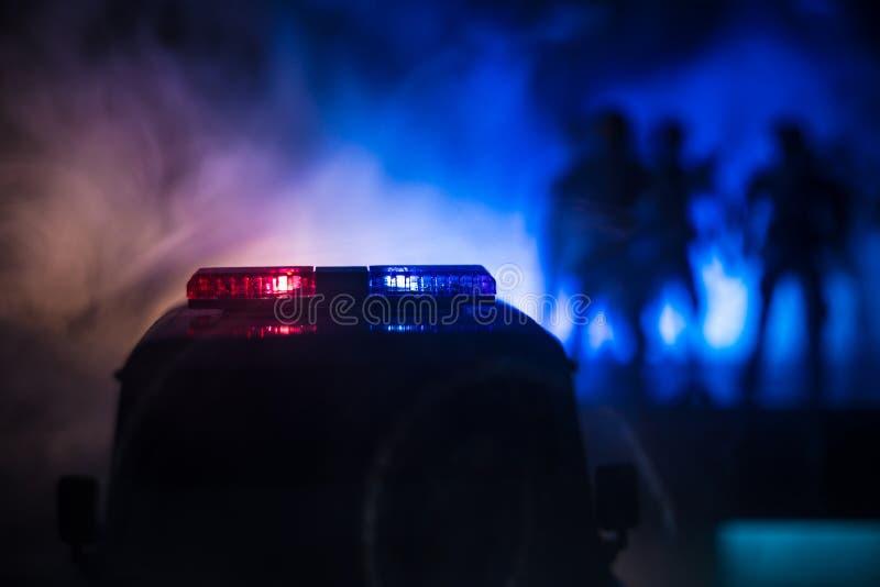 Samochody policyjni przy nocą Samochód policyjny goni samochód przy nocą z mgły tłem 911 reakcji w sytuacji awaryjnej pSelective  obrazy stock