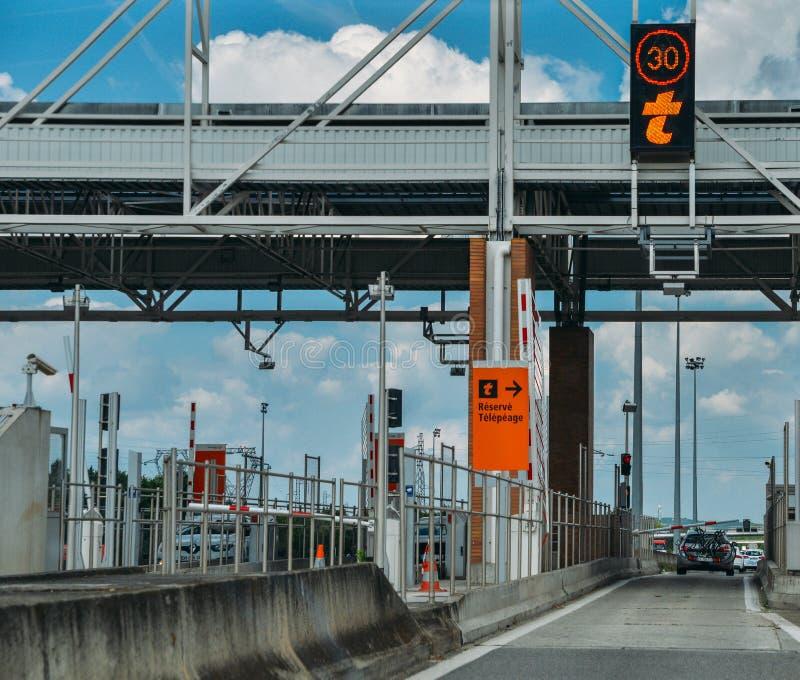 Samochody przechodzi przez punktu opłaty drogowa autostrada, opłaty drogowa stacja w Francja, peage obraz stock