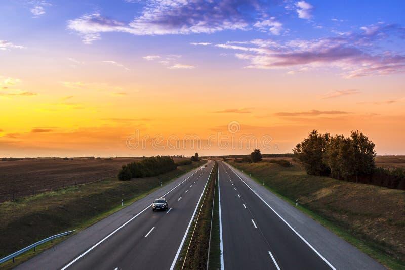 Samochody przyśpiesza na autostradzie fotografia stock