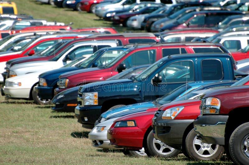 samochody są zgrupowane parkują obrazy stock