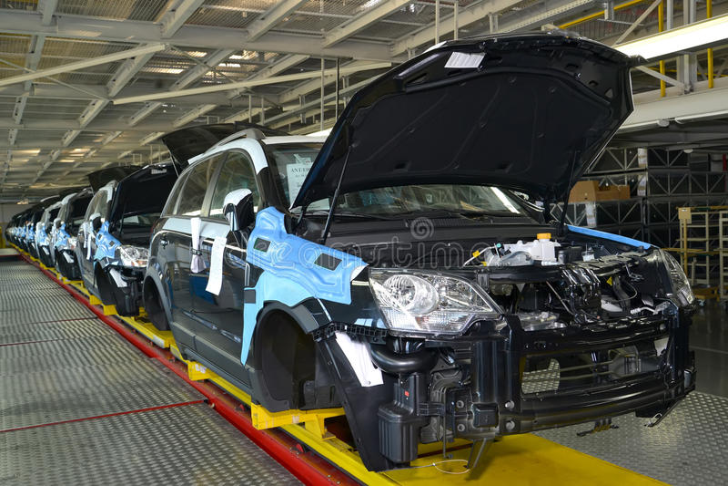 Samochody stoją na konwejer linii zgromadzenie sklep Samochód produkcja obraz stock