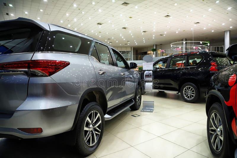 Samochody w sala wystawowej przedstawicielstwo handlowe Toyota w Kazan w 2018 fotografia stock