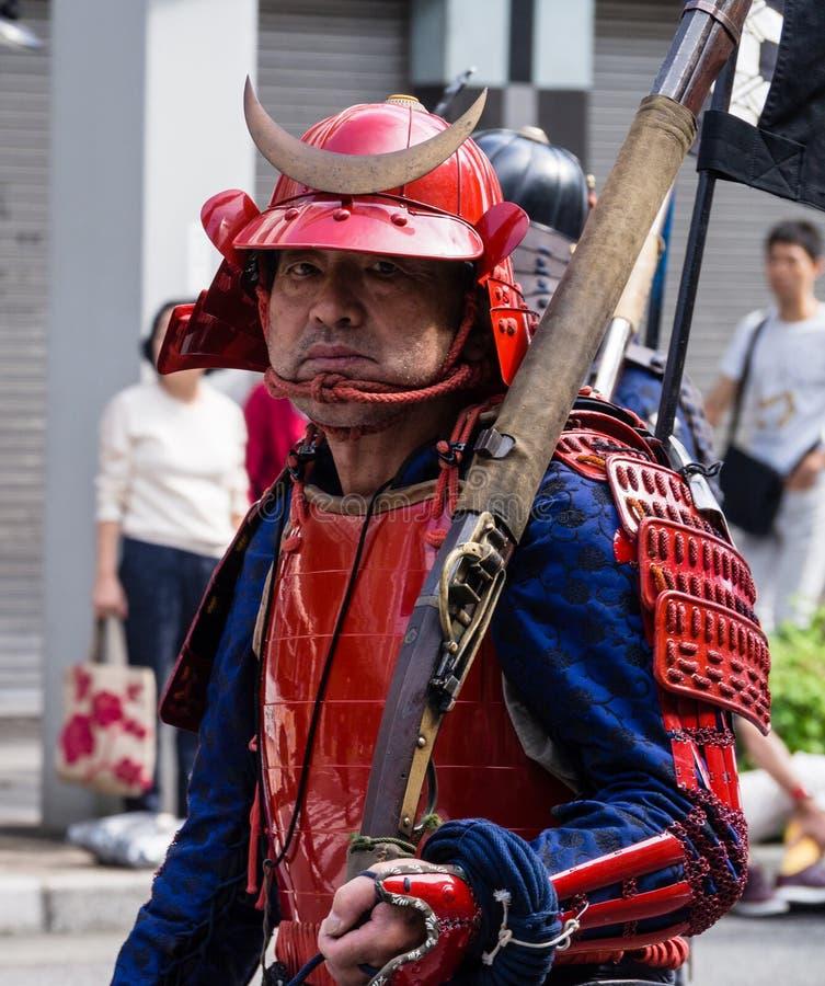 Samoeraienstrijder in helm en pantser die een hackbut houden royalty-vrije stock foto's