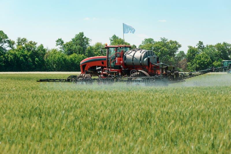 Samojezdny natryskowy stosuje pestycyd zdjęcie stock