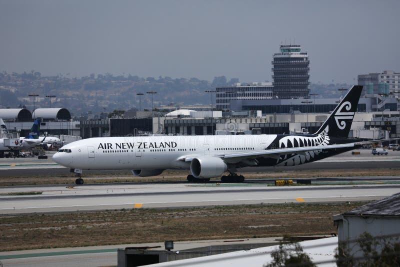 Samolot Air New Zealand w porcie lotniczym Los Angeles zdjęcie stock