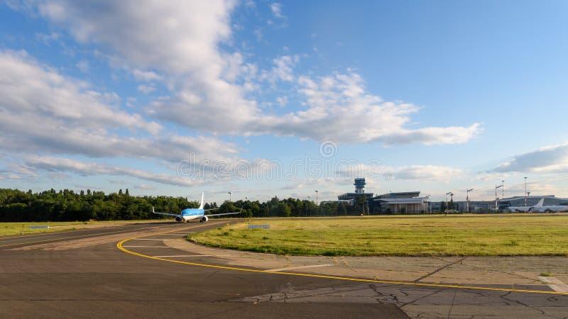 Samolot Bierze Daleko Na lotnisku obraz royalty free