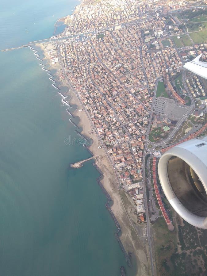 Samolot bierze daleko nad morzem zdjęcie royalty free