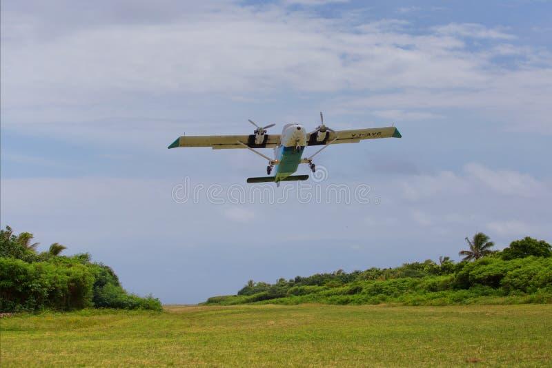Samolot bierze daleko od tajemnicy wyspy obraz stock