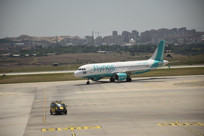 Samolot blisko terminal w lotnisku przy zmierzchem zdjęcie royalty free