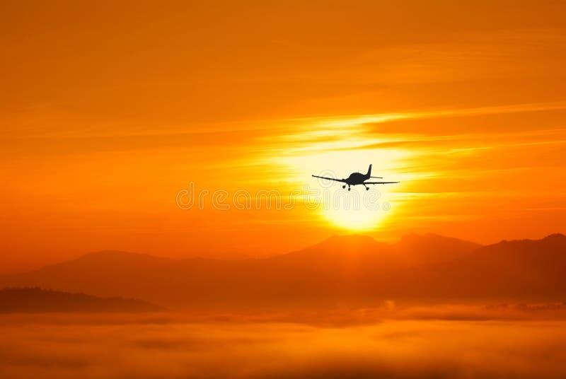 samolot chmurnieje niskiego zmierzch obraz royalty free