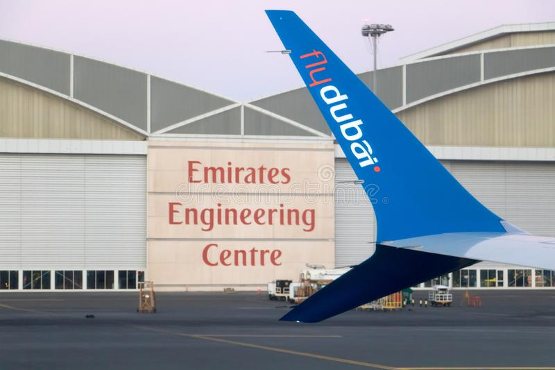 Samolot Flydubai samolotu firmy pozycja przy rampą obrazy stock