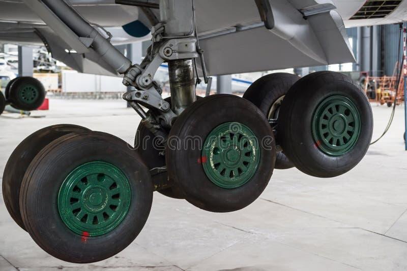 Samolot jest na utrzymaniu w hangarze Podwozie samolot jest zakończeniem fotografia royalty free