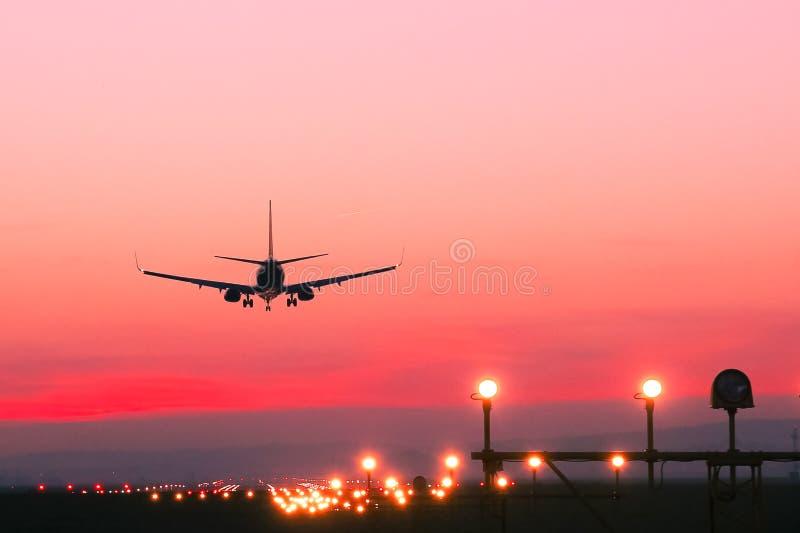 Samolot ląduje przy lotniskiem przy zmierzchem fotografia royalty free