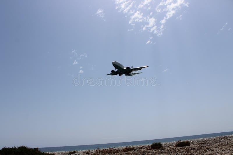 Samolot lata nad morzem zdjęcie stock