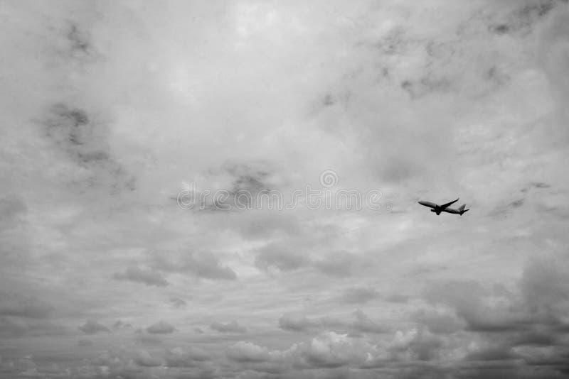 Samolot lata w niebie obraz royalty free