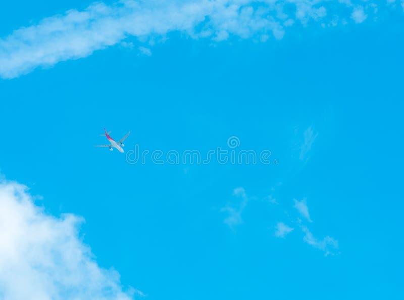 Samolot na niebieskiego nieba i bielu chmurach Handlowej linii lotniczej latanie na niebieskim niebie Podróż lot dla wakacje Lotn obraz royalty free