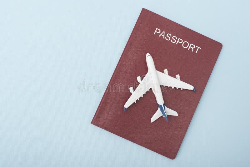 Samolot na pokrywie czerwony paszport samochodowej miasta pojęcia Dublin mapy mała podróż błękitny fotografia stock